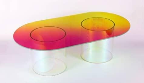 Une Table en verre multicolore